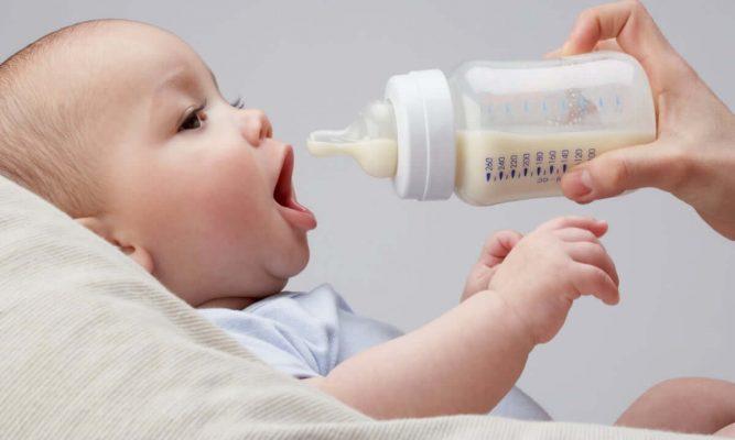 Bé 4 tháng tuổi uống bao nhiêu sữa là đủ