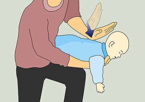 Cách xử lý trẻ sơ sinh bị sặc sữa